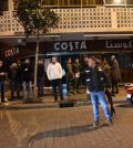 XWH02. Beirut (Lebanon), 22/01/2017.- Lebanese security forces secure the street near the coffee shop at Hamra street where a suicide bomber wearing an explosive belt was arrested before being able to detonate it ,in Beirut, Lebanon, early 22 January 2017. (Terrorismo, Líbano) EFE/EPA/WAEL HAMZEH LEBANON TERRORISM