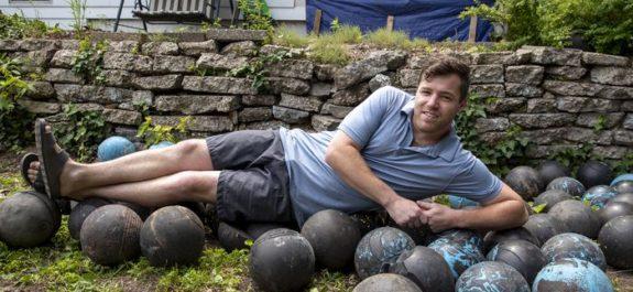 160 bolas de boliche enterradas