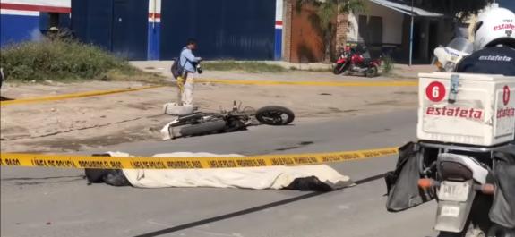 Cae motociclista al derrapar y muere