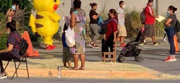 Joven-se-vacuna-contra-covid-disfrazado-de-Pikachu