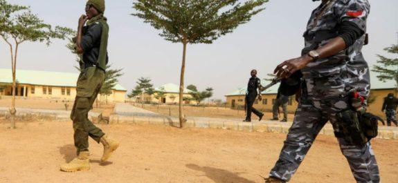 Comando libera a 240 presos en cárcel de Nigeria