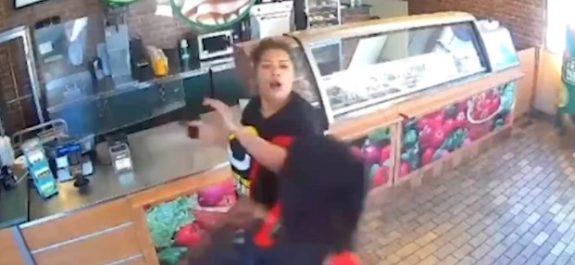 Empleada de restaurante se defiende de ladrón; la despiden porque se hizo viral