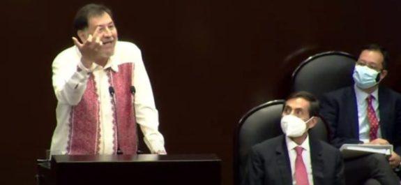 Fernández Noroña responde con seña obscena a diputada del PAN