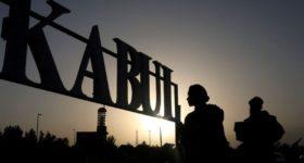 Provincias de Afganistán prohiben a hombres afeitarse y a mujeres tener celular