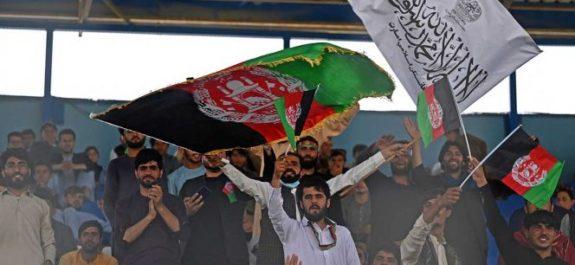 Conviven banderas