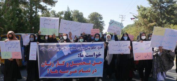 Decenas de mujeres se manifiestan en Herat para pedir que no se forme un Gobierno solo con hombres