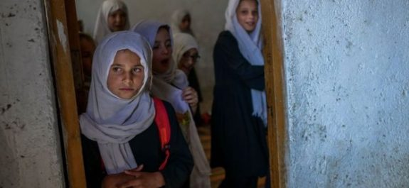 Escuelas secundarias reabren en Afganistán