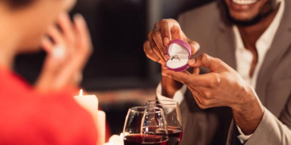 Robó el anillo de su novia para proponerle matrimonio a otra mujer