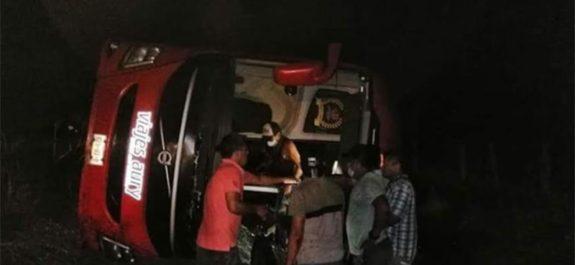 Volcadura de autobús que transportaba migrantes deja varios heridos graves