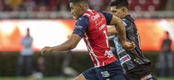 Chivas rescató la victoria ante Pachuca a una semana del Clásico Nacional