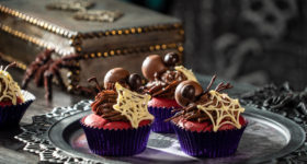 CUPCAKES RED VELVET CON ARAÑAS DE CHOCOLATE
