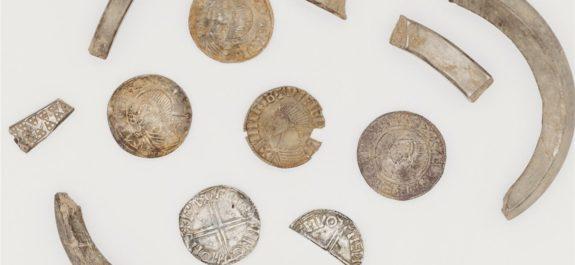 algunas-de-las-piezas-que-componen-el-tesoro-de-monedas-y-objetos-de-plata-recientemente-descubierto-en-la-isla-de-man_c8cf0ca3_1280x853