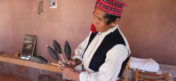 la isla peruana donde tejer es una demostración de hombría